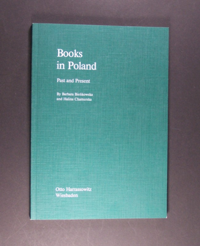 Books in Poland. Past and Present. By Barbara Bienkowska and Halina Chamerska. (= Publishing, Bibliography, Libraries, and Archives in Russia and Eastern Europe, Volume 1). - Bienkowska, Barbara and Halina Chamerska